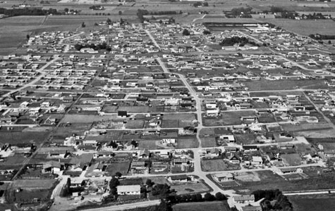 """Her ses Eriksminde i forgrunden og området ved Hundigegården i baggrunden. De såkaldte """"nybyggerområder"""" har bredt sig i landskabet, der før var forbeholdt landbrug."""