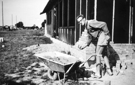 Haven anlægges på Bondager 25 i 1964. Børnene kunne lege frit mellem husene, da der hverken var hegn eller hække som spærrede vejen.