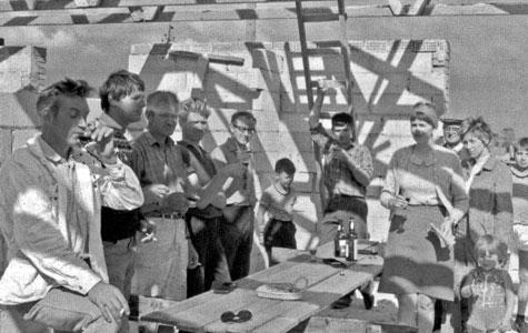 Endelig en sommerdag i juli 1969 kunne familie Nielsen holde rejsegilde på Skæppestien i Tune. Hans Christian Nielsen havde sammen med sine fire brødre og andre famlliemedlemmer tegnet og bygget huset helt fra grunden. De havde arbejdet på huset hver dag efter arbejde, i weekenderne og alle ferier. Hans Christians kone, Grethe, nedkom endda med deres første barn under byggeriet.