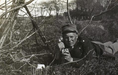 Soldat med felttelefon i mandehul.