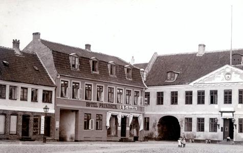 Køge Rådhus, hvor kongen overnattede, til højre