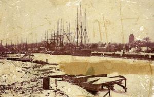 Havnen på stranden påbegyndes. Det var på den nordre side der blev bygget på først, mens den søndre side lå øde hen i mange år. Kun fiskerne havde deres garn og skure her. Billedet er dog langt senere end 1411