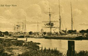 1700 - Der var en rig handel på Køge Havn og mange skibe kom til Køge med varer. På billedet ses Køge Havn fyldt med sejlskibe. De fragtede varer til og fra Køge