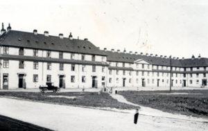 Skibsværfter grundlægges i Køge og der opføres med Værftsgården 150 lejligheder til de mange arbejdere, som de nye virksomheder havde brug for. På billedet ses Værftgården, som ligger på Østre Sandmarksvej