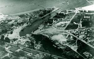Luftfoto fra midten af 1930'erne. både søndre og nordre kaj er nu i brug. Fjernest ses