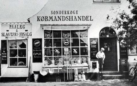 Bent Gercke foran købmandsforretningen Egøjevej 13 ca 1933