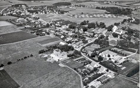 Midt i 1950'erne havde Herfølge vokset sig meget større, som det ses på dette luftfoto. Jernbanen har sin store andel i den udvikling.