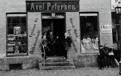 Købmand Axel Petersens forretning i Brogade 19 - 1894.