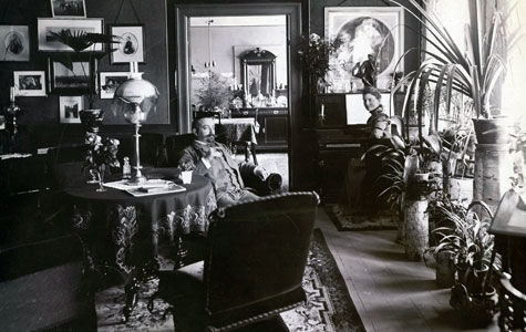 Inde fra Købmand Axel Petersens hjem i lejligheden over Brogade 19 ca 1890.