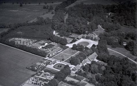 Gl. Kjoegegaard set fra luften med tilhørende avlsbygninger, boliger, haver mm.
