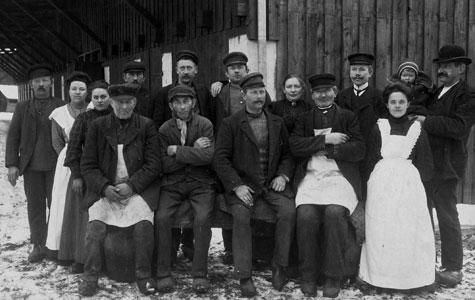 Firmaet Hasselbalchs ansatte, billede taget ved Pakhuset i gården bag Brogade 23, ca 1900