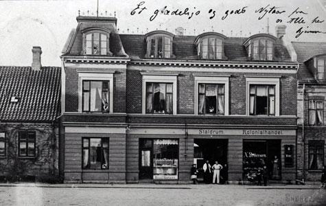 Købmand Hanne foran butikken i Nørregade 47