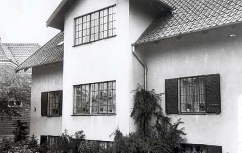 Åvænget 3. Dette hus fra 1928 er tegnet af en blot 26 årig Arne Jacobsen og hører til blandt de tidlige af Arne Jacobsens huse. Endu var hans modernistiske stil ikke fuldt udviklet. Huset foregreb dog hans senere udvikling på flere måder
