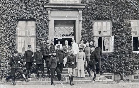 Fornemt besøg på Gammelkjøge i 1911 ved en militær øvelse. I midten står Emmy Carlsen med Kronprinsesse Alexandrine og Kronprins Christian på siderne.