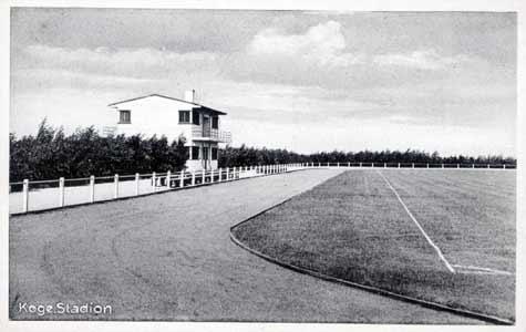 Boldklubbens Hus på stadion. Opført et par år efter selve stadion fra 1932 (nu nedrevet). Huset blev den moderne funkisstils debut i Køge. Arkitekt var Aage Sattrup