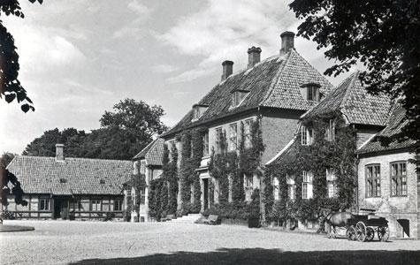 Foto af hovedbygningen fra ca 1900. Den fjerneste fløj fra 160 tallet er den ældste del. Hovedbygningen er fra 1791 og sidefløjene er fra 1856.