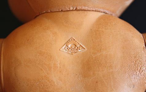 Her kan man se Codan mærket på ryggen af en dukke.