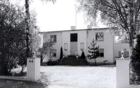 Egøjevej 44. Et af de få en-families huse i funkisstil, der eksisterer i Køge. Opført i 1934 af Tage Nielsen