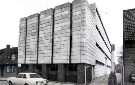 Frø- og Siloselskabets Lagerbygning, Vestergade 30. Opført 1955 af Tage Nielsen. Et atypisk byggeri, selv for perioden. En noget særpræget placering af en lagerbygning i centrum af byen