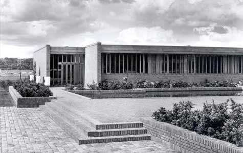 Køge Gymnasium blev taget i brug i 1964. Anvendelsen af flade tag gav muligheden for at lave anderledes planløsninger end tidligere