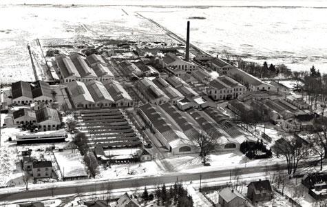 """Gummifabrikken blev også kaldt """"den hvide by"""". Hvorfor mon det? Billedet her er fra ca. 1936"""