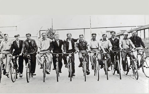 Cykelhold fra Gummifabrikken. Cykelholdet testede fabrikkens dæk gennem daglige cykelture. Billedet er fra 1950'erne.