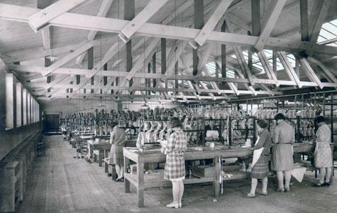 Mange ufaglærte kvinder fik arbejde på gummifabrikken. Også gifte kvinder. Billedet er fra ca. 1930.