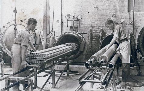 """Gummislanger og andre produkter """"koges"""" under tryk i såkaldte autoklaver. Billedet er fra ca. 1930."""