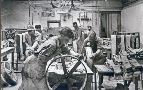 Arbejdere på Gummifabrikken. Der fremstilles cykeldæk og cykelslanger. Billedet er fra ca. 1930.