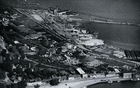 Øverst ud mod vandet ses resterne af Køge værft, som blev købt af Flemming Junckers i 1930. billedet er fra ca. 1935.