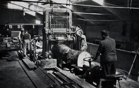 Ejner Hansen ved den store rammesav. Han var ansat på savværket 1931-1976.