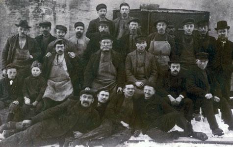 Ansatte ved Køge Andels-Svineslagteri ca. 1895. Hvorfor mon den ene dreng har en forbinding om sin hånd?