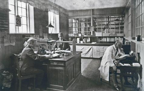Kontor på gummifabrikken, ca 1930. Læg bl.a. mærke til telefonen og skrivemaskinen