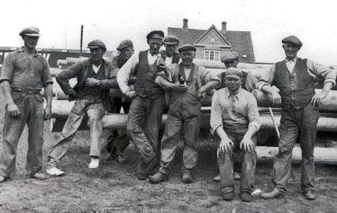 Svellearbejdere holder en pause, ca. 1936. De arbejdede på Collstrops Imprægneringsanstalt.