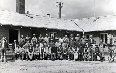 Ansatte ved Collstrops Imprægneringsanstalt, ca 1950. Der blev stadig anvendt heste til transport.