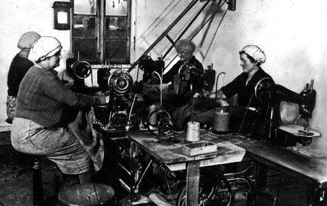 Kvinder syr sække på Køge Sækkelager, Søndre Havn, ca. 1940