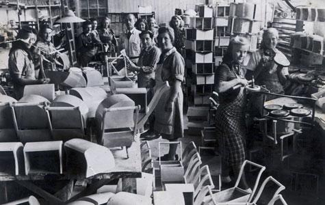 Ansatte ved Kofods Fabrikker i Køge, ca. 1945. Kvinderne fremstillede især dukker og dukkevogne