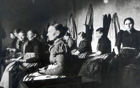 Kvindelige tobaksarbejdere i tobaksfabrikken, Brogade 3, 1898. Kvinderne stripper tobaksblade.