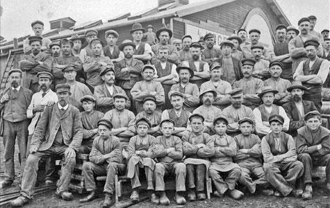 Ved Køge Trævarefabrik var der en del drenge ansat. Billedet er taget om kring 1906. Fabrikken lå på Køge Havns nordlige side.