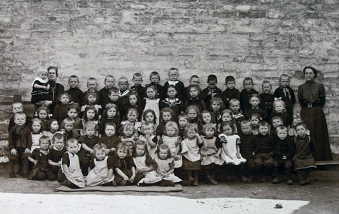 Hvis moren gik på arbejde, kunne børnene blive passet i Køge Børneasyl, Kirkestræde 10. Billedet er taget ca. 1900.