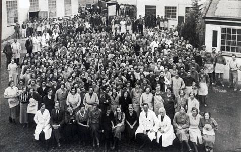 På gummifabrikken, Dansk Galoche- og Gummifabrik, var der flere hundrede ansatte. Billedet er taget ca. 1930