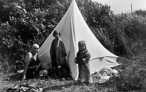 Køge Sækkelager/Niels Kjeldsens Fabrikker fremstillede telte og presenninger. Måske også dette telt på Søndre Strand i ca. 1936.
