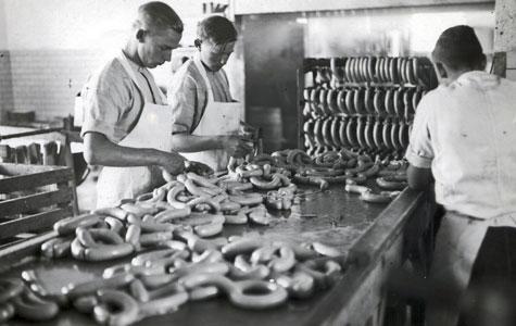 Pølser blev fremstillet på Køge Andels-Svineslagteri, ca. 1935