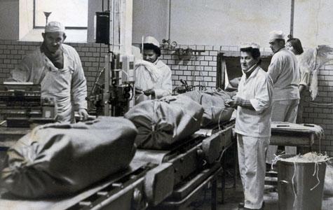 De sidste svin sendes af sted fra Køge Andels-Svineslagteri, inden det lukkede i 1976