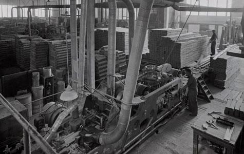 Der fremstilles stave til bøgeparket på Junckers Industrier, ca. 1965