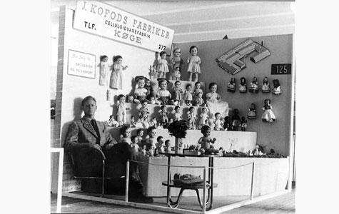 J. Kofods Fabrikker fremstillede de kendte dukker fra Køge. Billedet er fra købestævne i Fredericia i 1952