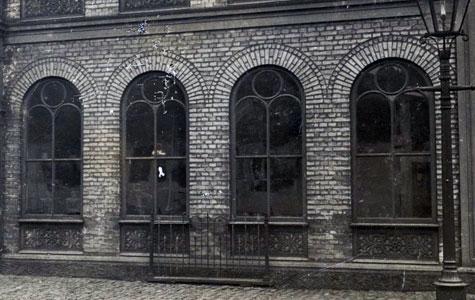 Nærbillede af vinduer lavet af støbejern. Køge Jernstøberi i Vestergade 29