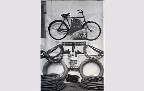 Dansk Galoche- og Gummifabrik fremstillede cykelslanger og cykeldæk. Billedet er fra ca. 1930