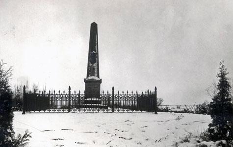 På Holmebakken blev der rejst to mindestøtter for Carlsen-Lange slægten. Bemærk at der er frit udsyn til landskabet fra bakken, der i dag er helt skovklædt.