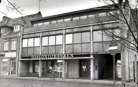 Torvet 6. Et af de få eksempler på eden modernistisk- og ofte kontroversielle - byggestil i centrum af Køge. Torvet 6 husede indtil 2007 bl.a. Køge Byhistoriske Arkiv. Opført af Laurids Jensen i 1964